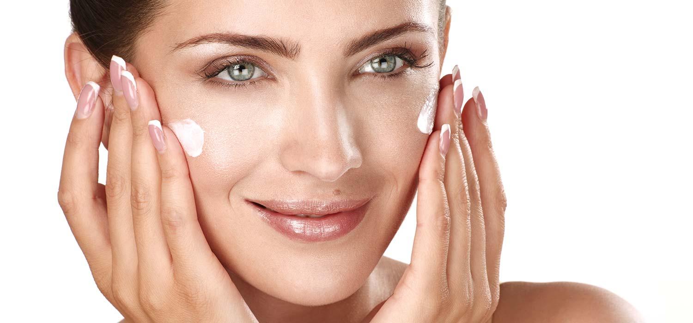 donna che applica crema viso
