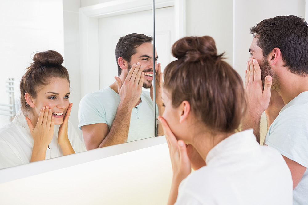 Uomni e donne che usano creme viso all'acido ialuronico